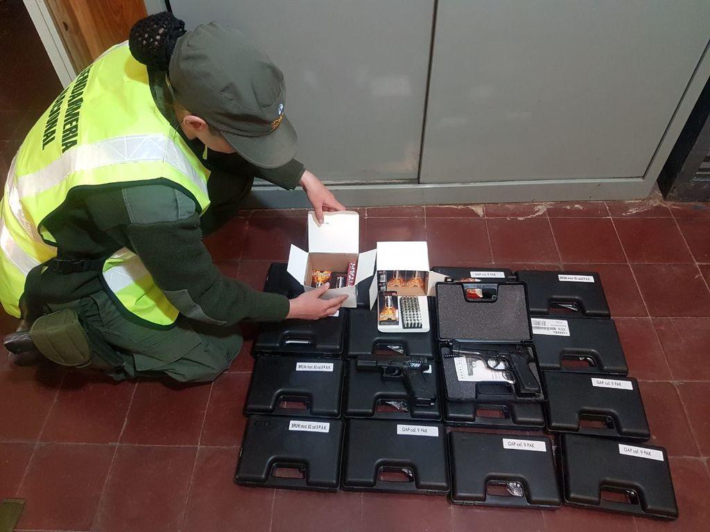 Incautaron 17 réplicas de arma en un auto que venía de Chile - ElSol ...