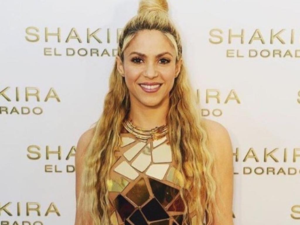 d2156fa4c6 Foto: el sexy bikini dorado de Shakira que deja ver sus curvas ...