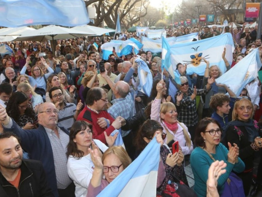 https://elsol-compress-release.s3-accelerate.amazonaws.com/images/large/1566682345313marcha%20macri%20gato.jpg