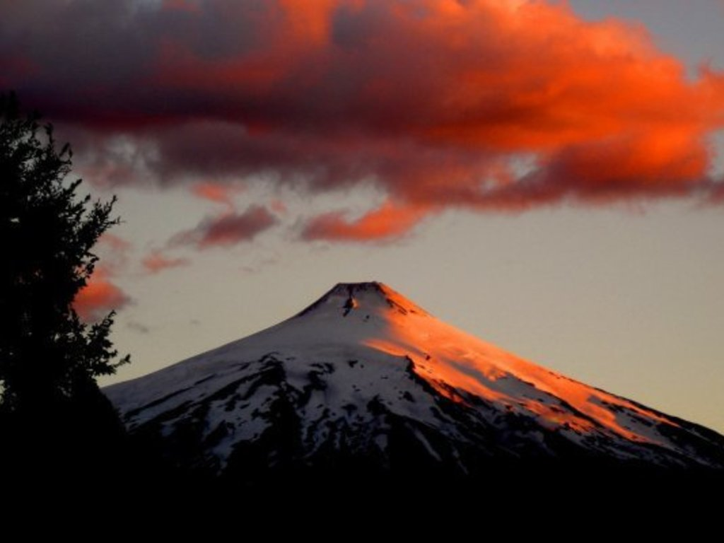 https://elsol-compress-release.s3-accelerate.amazonaws.com/images/large/1568117724357Villarrica_Volcano.jpg