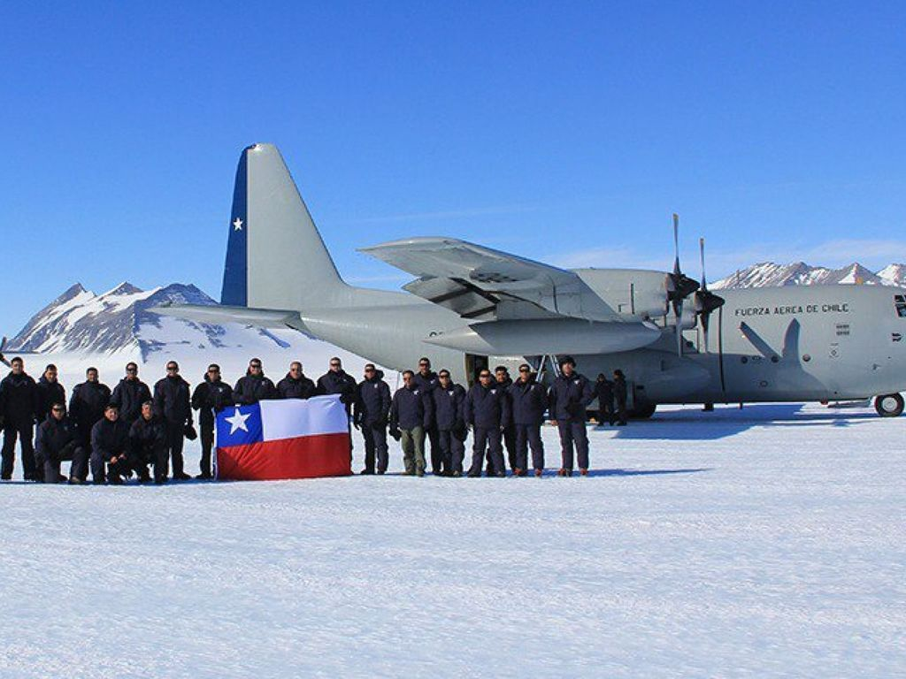 https://elsol-compress-release.s3-accelerate.amazonaws.com/images/large/1575976387043skynews-chile-air-force-hercules-c-130-plane_4862072.jpg