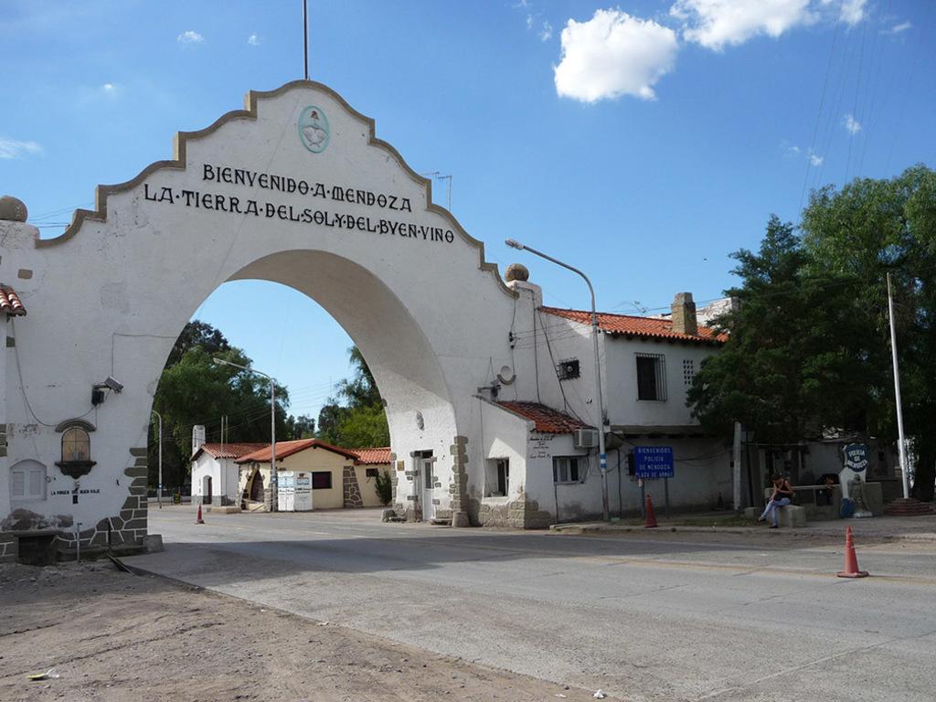 https://elsol-compress-release.s3-accelerate.amazonaws.com/images/large/15969171910362-Arco-de-Desaguadero-ingreso-a-Mendoza.jpg